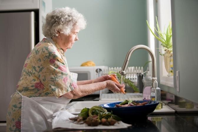 Padomi senioriem labsajūtas un veselības saglabāšanai: Iesaka farmaceite
