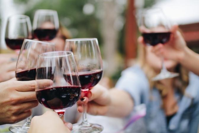 """Veselības indekss: 60% jauniešu mēdz """"iedzert par daudz"""""""