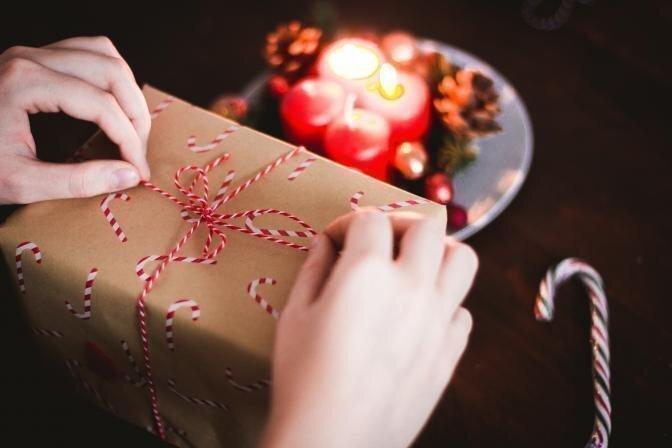 5 lietas, ko noskaidrot, pirms iegādāties dāvanā kopjošo kosmētiku