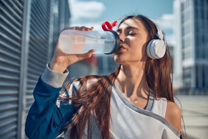 Grūtības zaudēt svaru, maisiņi zem acīm un slikta pašsajūta – iespējams, vainojama ūdens aizture organismā!